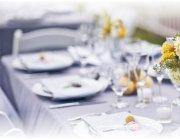 Как правильно украсить свадебный стол своими руками?